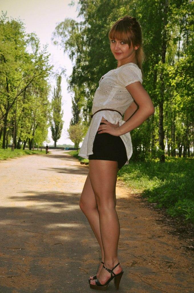 Юная девчонка в шортиках и босоножках