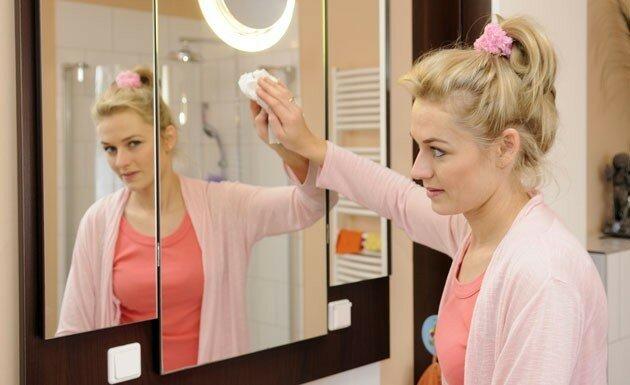 Как ухаживать за зеркалами в ванной