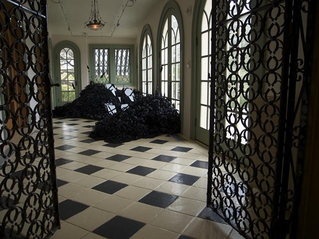 Тёмные сады Lauren Fensterstock. Бумага, уголь, плексиглас