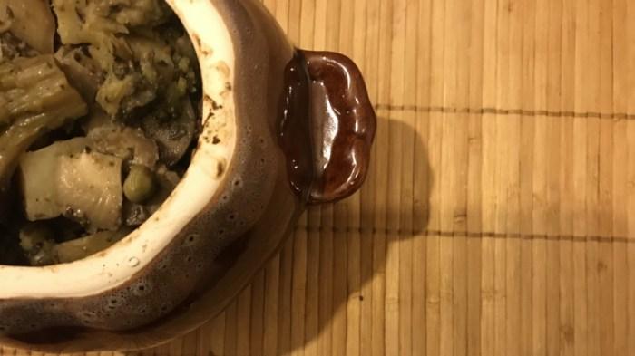 Жаркое с грибами и зелёным горошком в горшочках