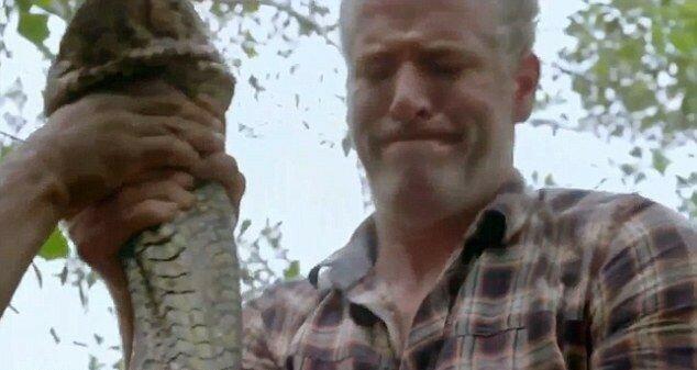 Самая длинная змея попалась британскому телеведущему в Амазонии