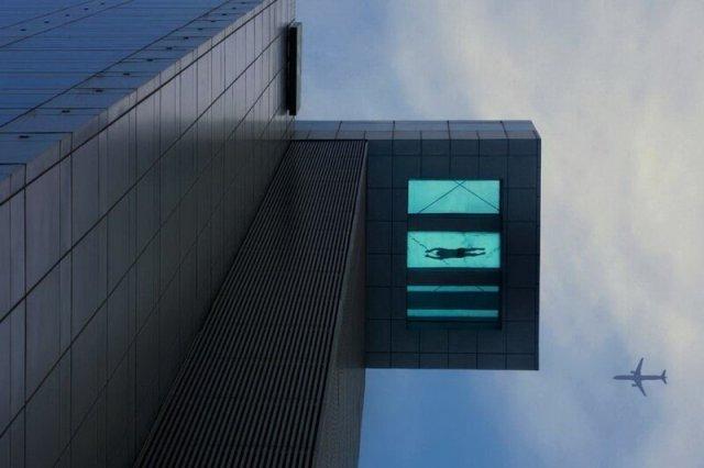 Прозрачный бассейн на 24 м этаже