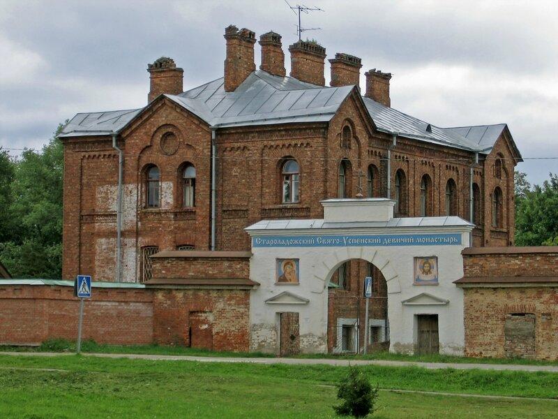 Западные Святые врата и Трапезный корпус, Староладожский Успенский монастырь