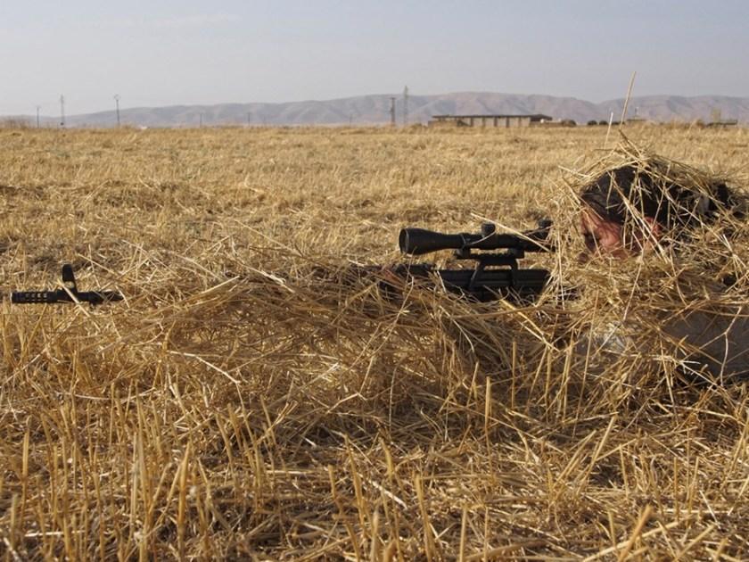 Курдские девушки в Сирии учатся защищать свою деревню с оружием в руках