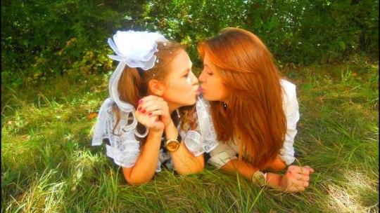 Две рыжие выпускницы целуются