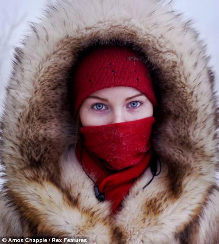 14. А это студентка Якутска на автобусной остановке в столице.