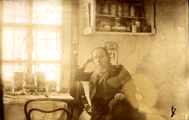 Неизвестный каторжанин в жилой комнате. Политические заключенные, царская охранка, каторга, ссылка, Сибирь, Российская империя,