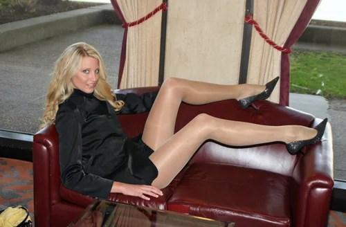 блондинка с длинными ногами