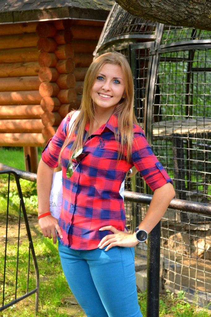 Блондинка с голубыми глазами в зоопарке