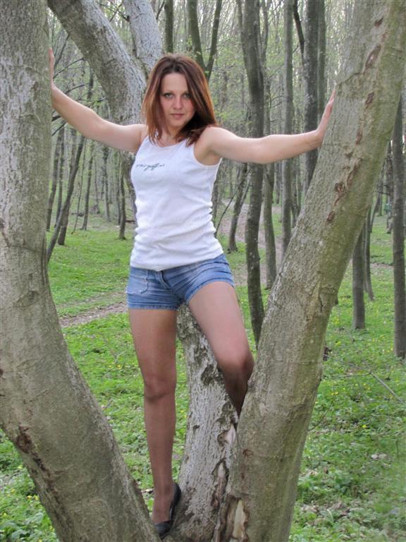 Девчонка в белом топике и джинсовых мини-шортах