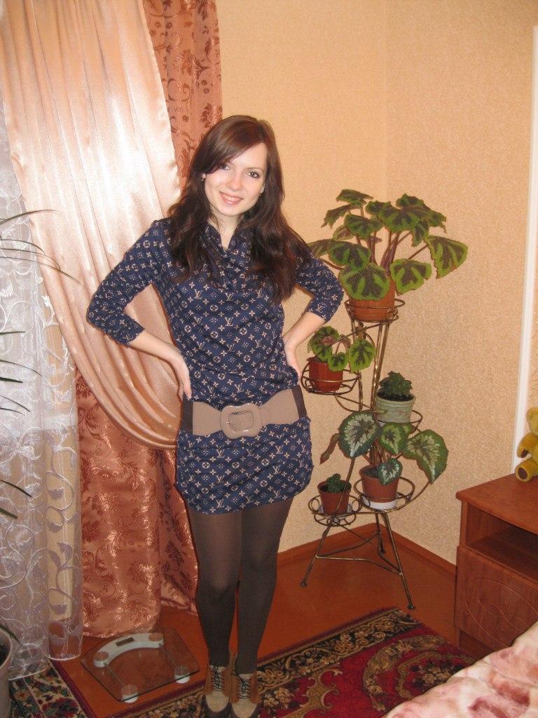 Веселая девчонка в темном узорчатом платье