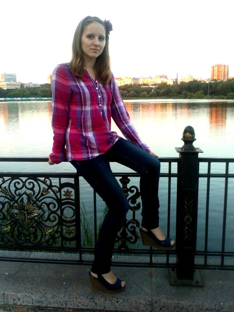 Юная милашка в красной клетчатой рубашке и джинсах