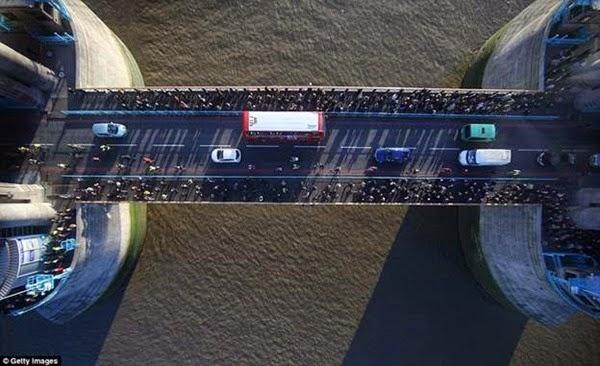 В Лондоне открывается прозрачный мост с видом на реку Темза