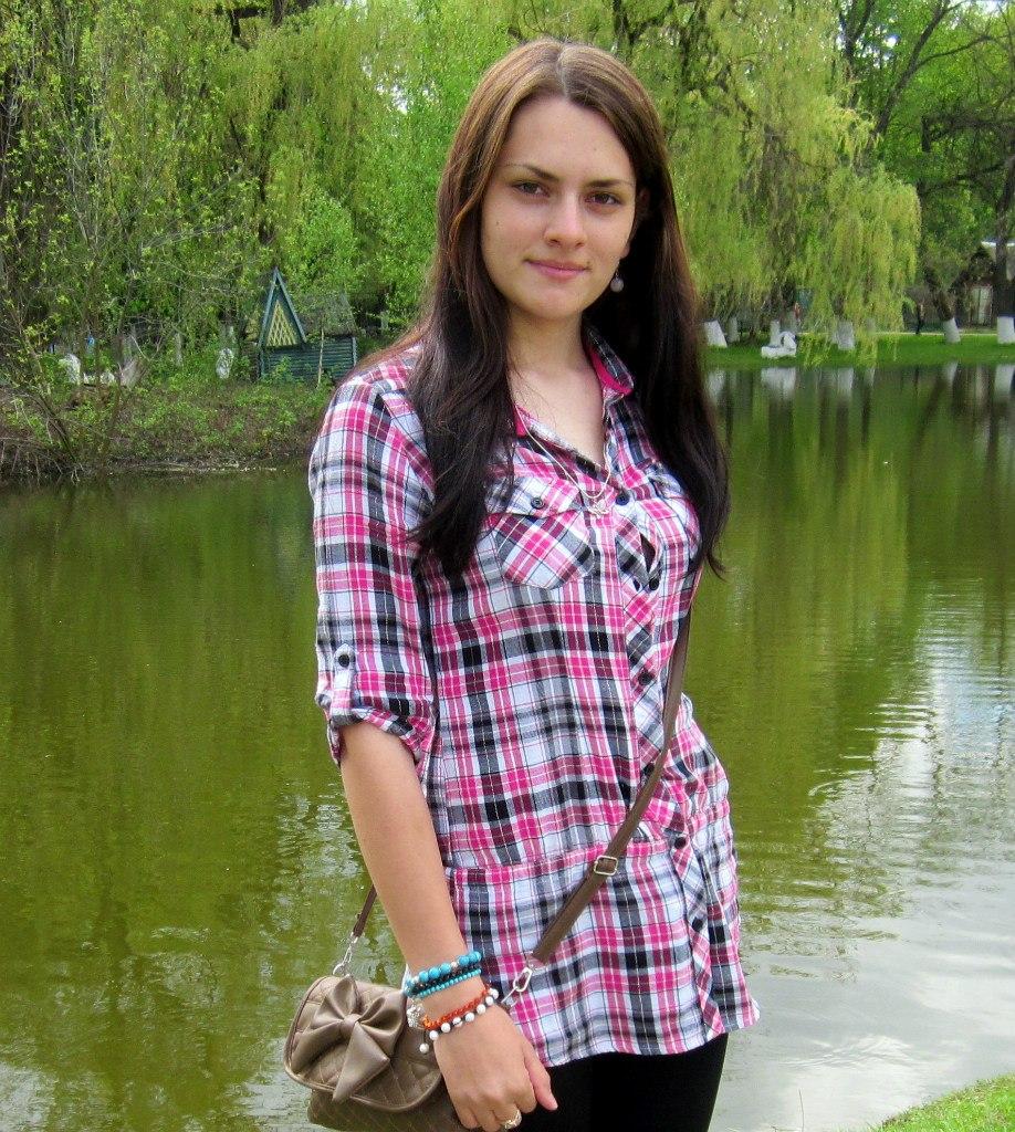 Красивая девушка в длинной клетчатой рубашке