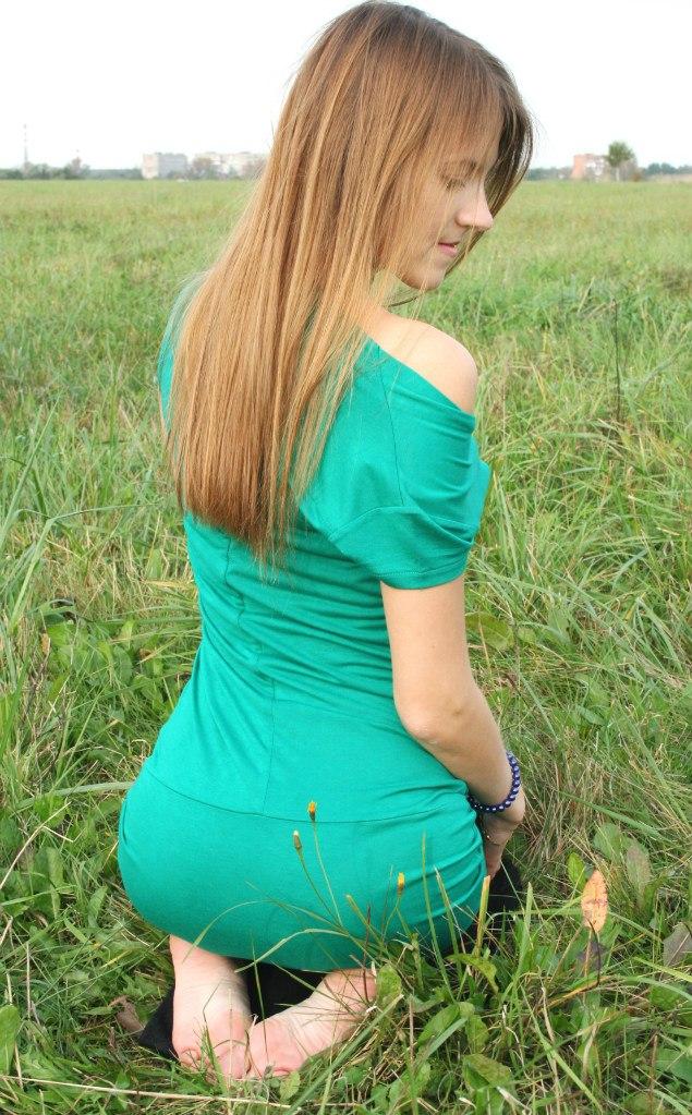 Девчонка блондинка в зеленом платье