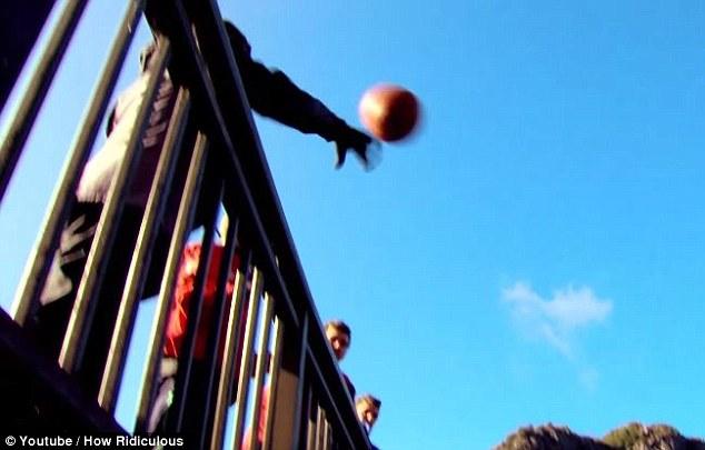 Австралиец забросил мяч в кольцо с расстояния в 126,5 метра