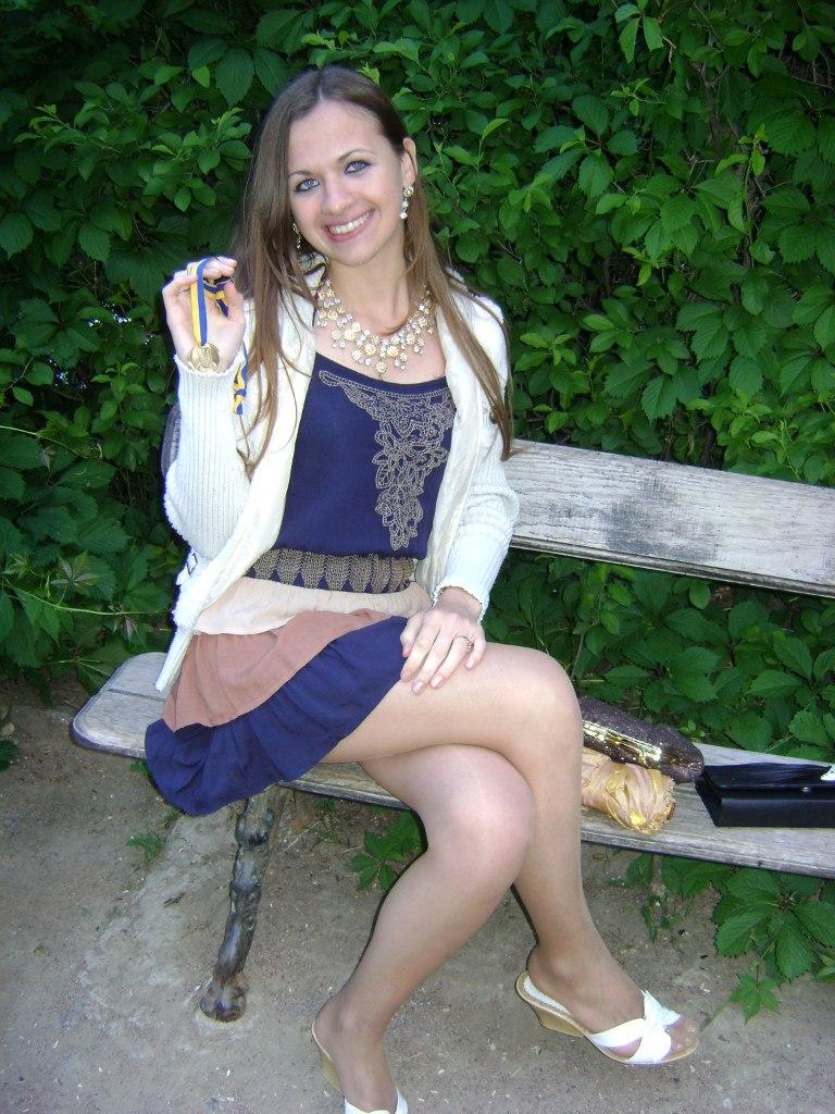 Выпускница в синем платье и белых туфлях
