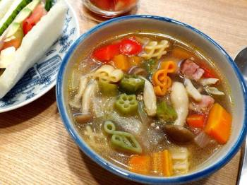 Healthy vegetable soup with macaroni