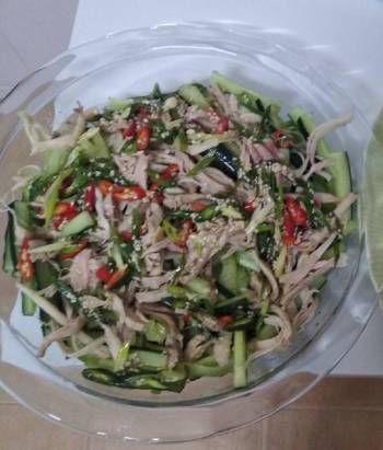 Chicken salad with mint and toasted sesame seeds