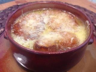 Receta de sopa de cebolla con queso emmental
