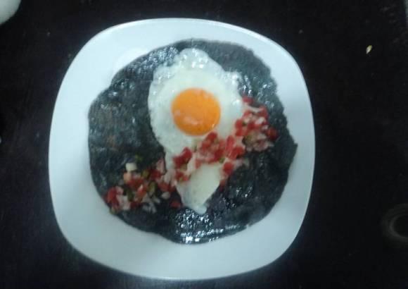 Huevo de rancho en tortilla azul y pico de gallo el geras