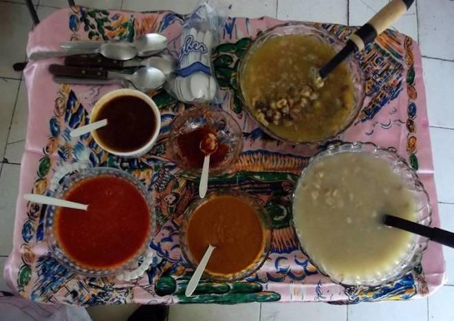 Pozole de maíz azul y otro rojo, con veintisiete salsas para colorea, sazonar y aromatizar al gusto, tipo bufet para fiesta de 50 personas