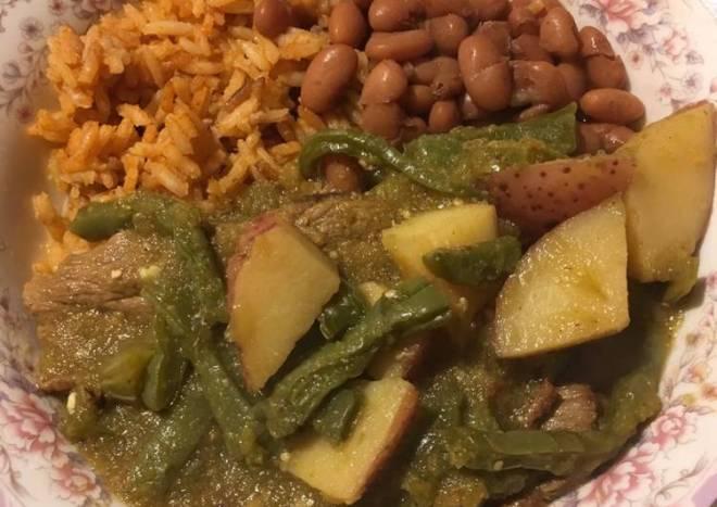 Bisteces con nopales y papas en salsa verde