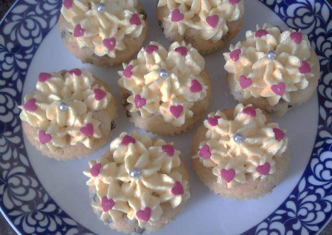Queen cupcakes with lemon icing