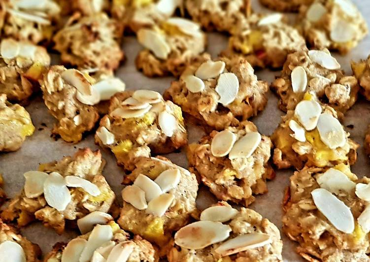 Oat flake cookies with peaches, greek honey and almonds
