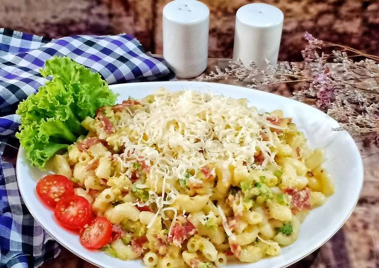Macaroni Carbonara with Broccoli