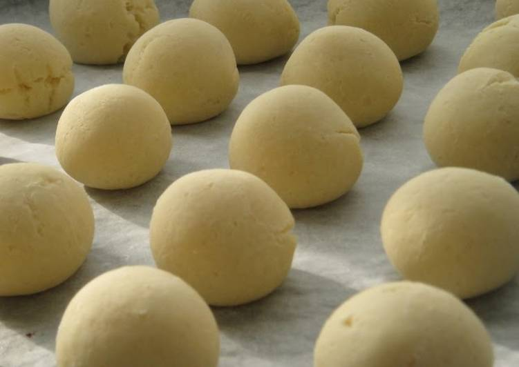 Fluffy & Chewy Pao de Queijo (Cheese Bread)