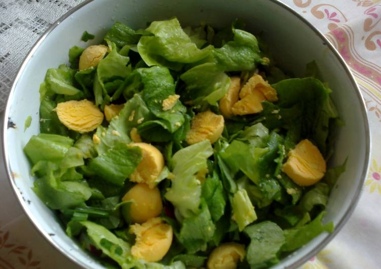 Lettuce salad with eggs