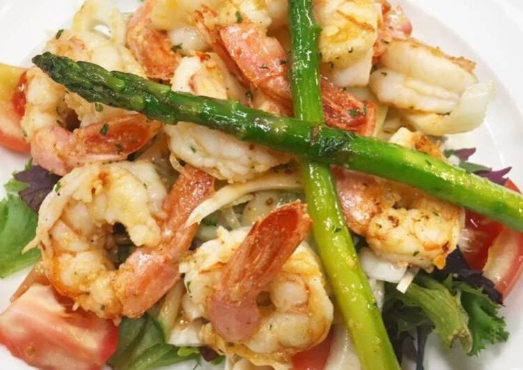 Pan fried prawns (shrimps) asparagus and fennel salad