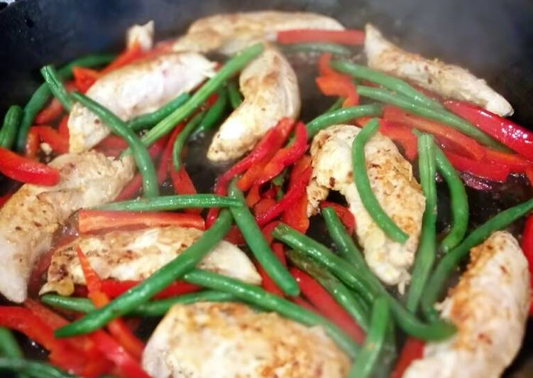 Skillet chicken with green beans & red peppers