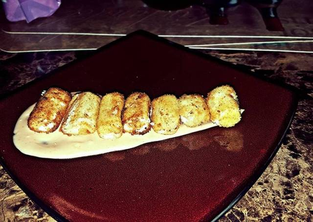 Mozzarella poppers with special sauce