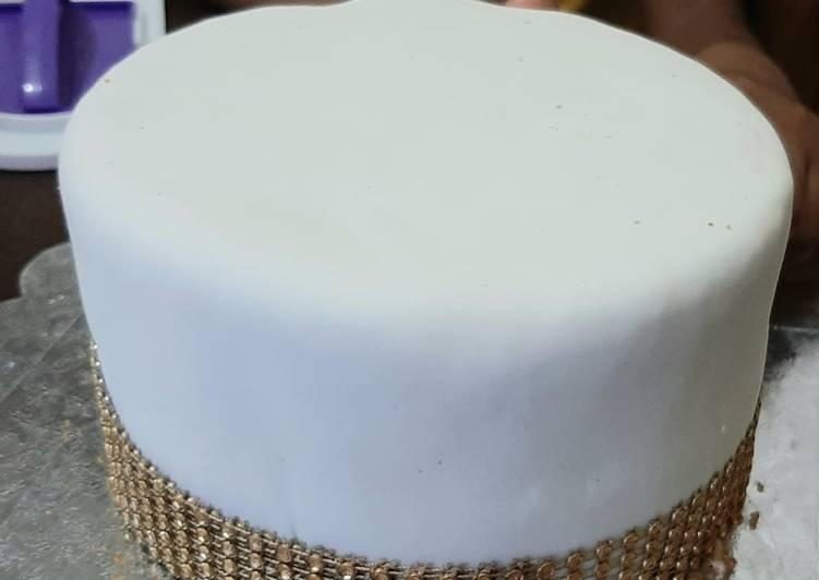 Vanilla cake with fondant