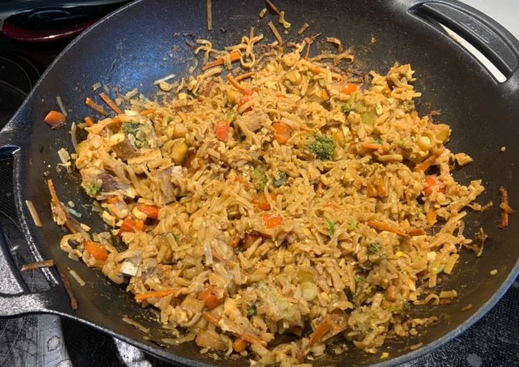Nouilles de riz sautées aux légumes et tofu fumé