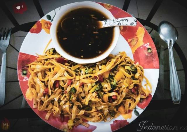Indonesian spaghetti noodles with veggies