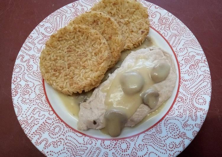 Galettes de riz, escalope de poulet et sauce champignon
