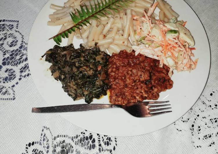 Mince meat with macaroni and vegetables