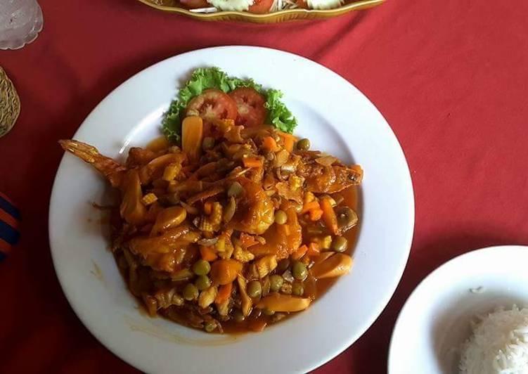 Crevettes tigrées entières à la sauce de curry rouge