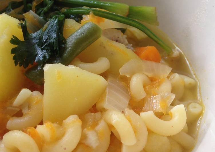 Sup ayam macaroni dengan wortel parut