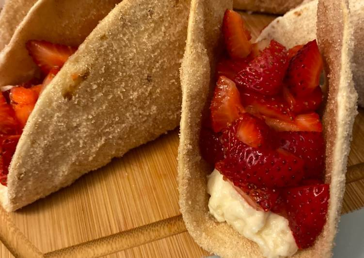 Cinnamon Strawberry Cheesecake Dessert Tacos