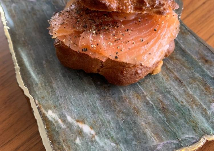 Low fat, low carb rosemary bagels for Jamo with salmon and black pepper
