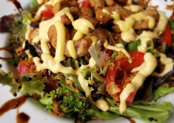 Ensalada vegana con bocaditos braseados de soja y trigo