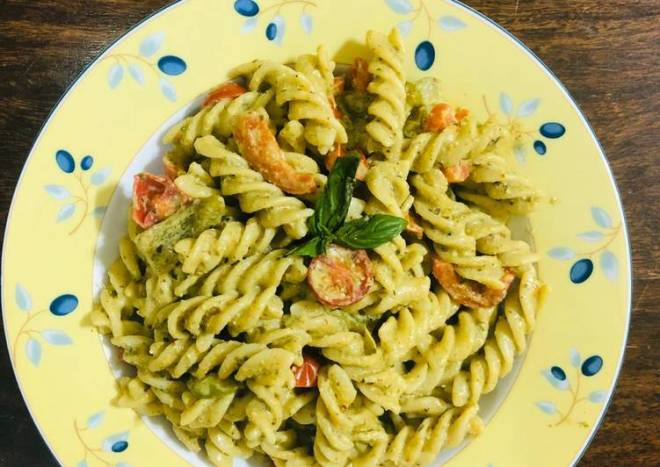 Pesto cherry tomato pasta