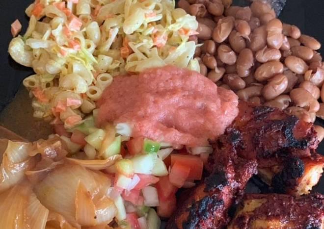 Pollo en achiote frijoles de la olla pico de Gallo salsa taquera cebolla empapelada sopa fría y pico