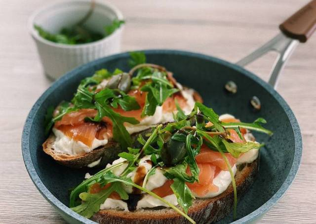 Salmon bruschetta with lime mousse💚