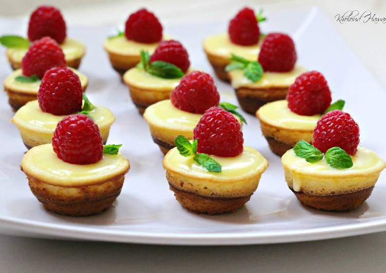 Mini Lemon Sponge Cheesecakes with Lemon Curd
