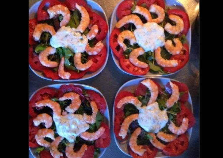 Salade de crevettes sur lit de mâche et tomates sauce crème